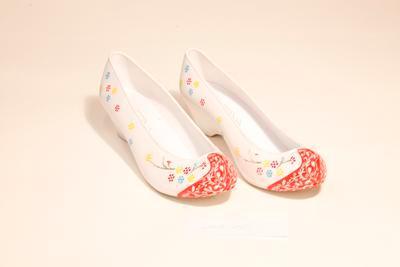 Traditional Korean women's shoes (komo shin)